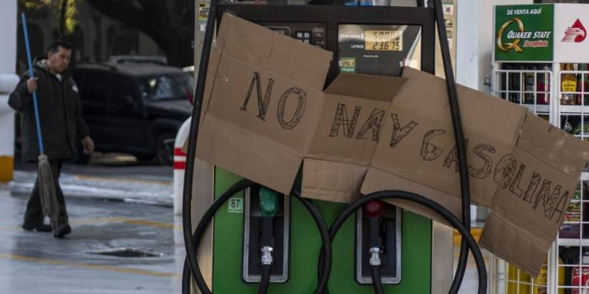 """VIDEO. Mexicanos denuncian a hombre que les cobra """"propina"""" para venderles gasolina"""