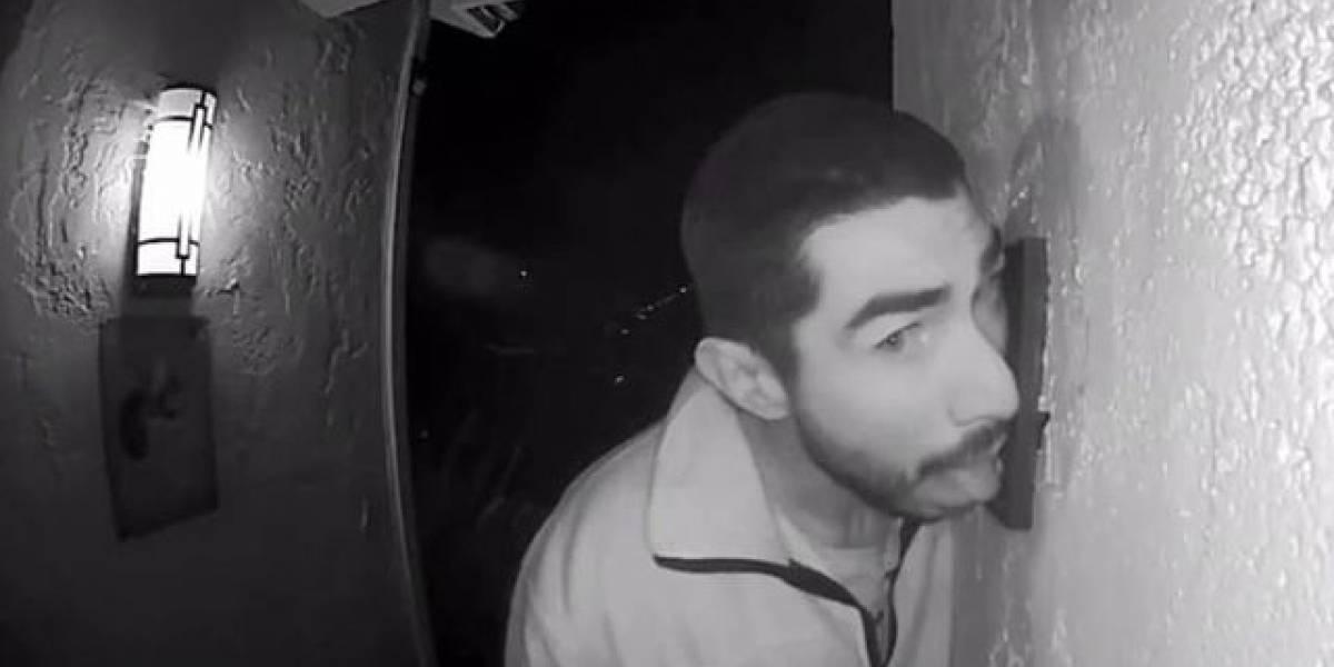 Detienen hombre tras pasar tres horas lamiendo el timbre de una casa