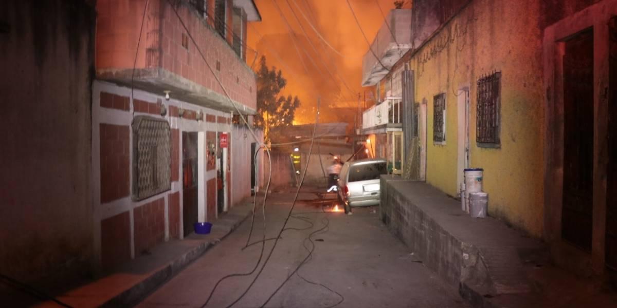 Video. Se incendia bodega de material reciclable en zona 7