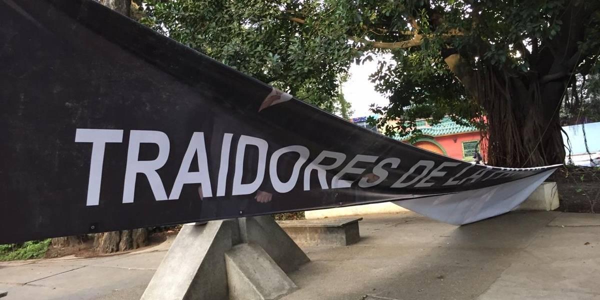 """Instalan mantas donde señalan de """"traidores"""" a magistrados de la CC"""