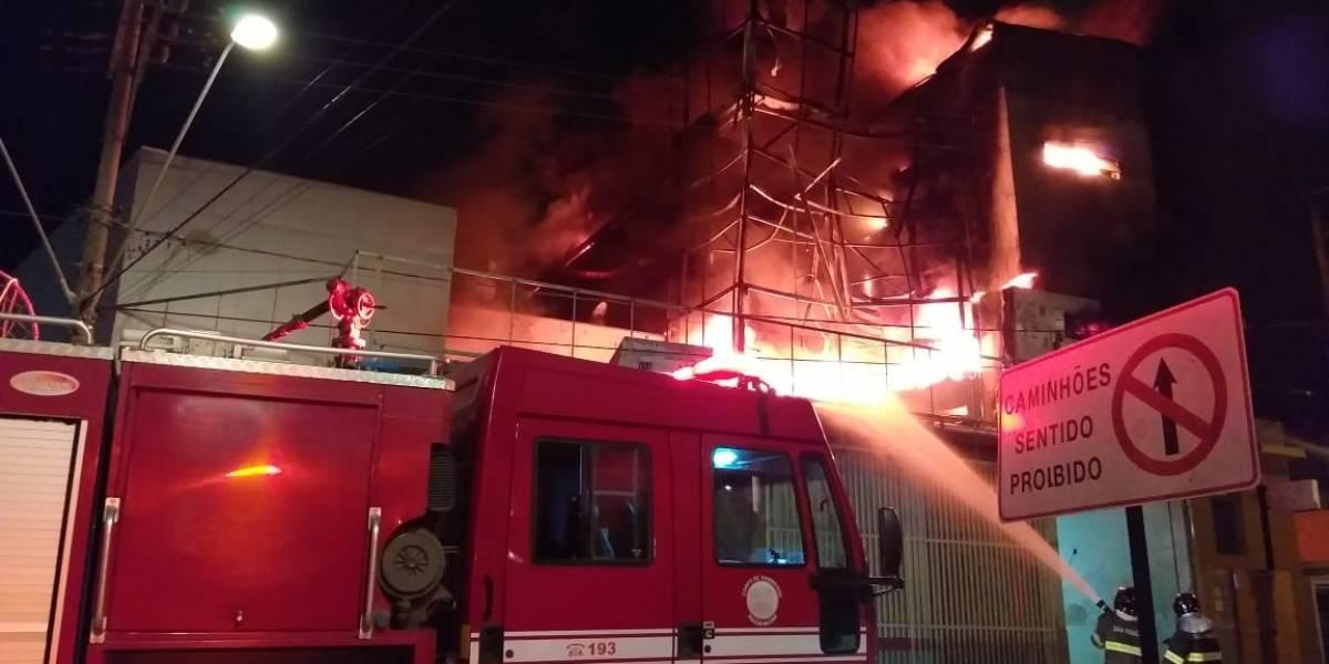 Moradores impedem que incêndio destrua loja de pneus em São Roque; veja vídeo