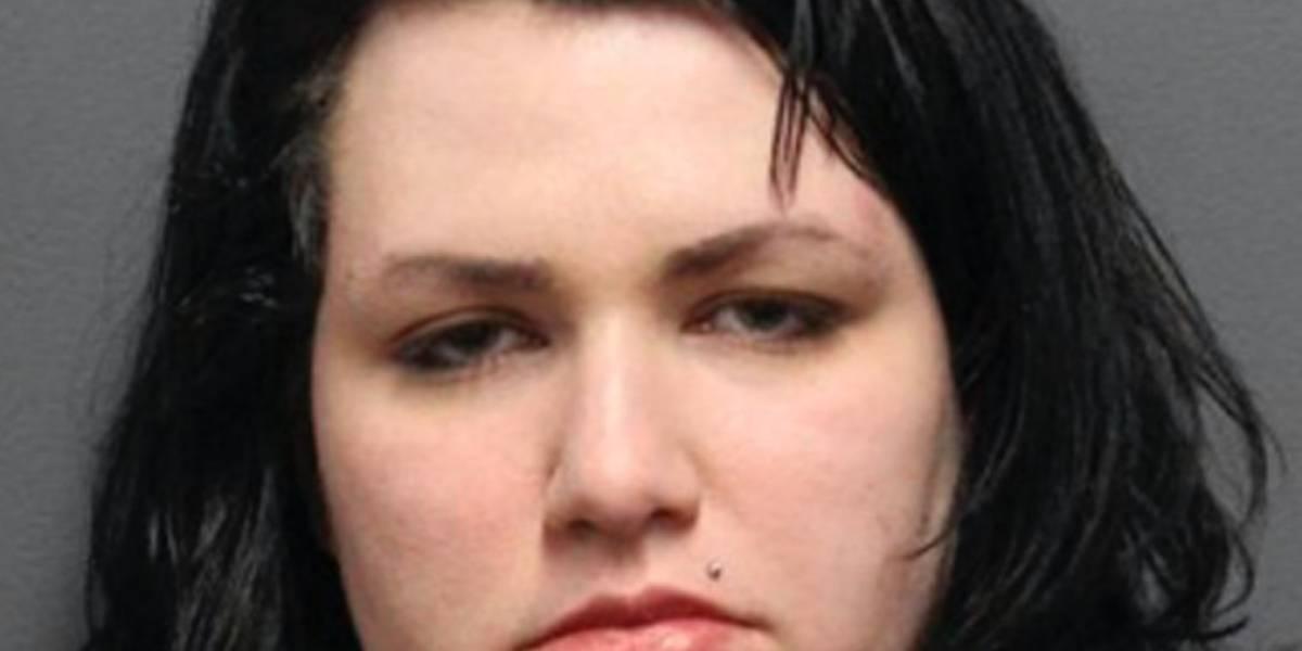 Mujer acosa sexualmente a agente de la policía que la arrestó y rompe puerta de cristal del cuartel para buscarlo