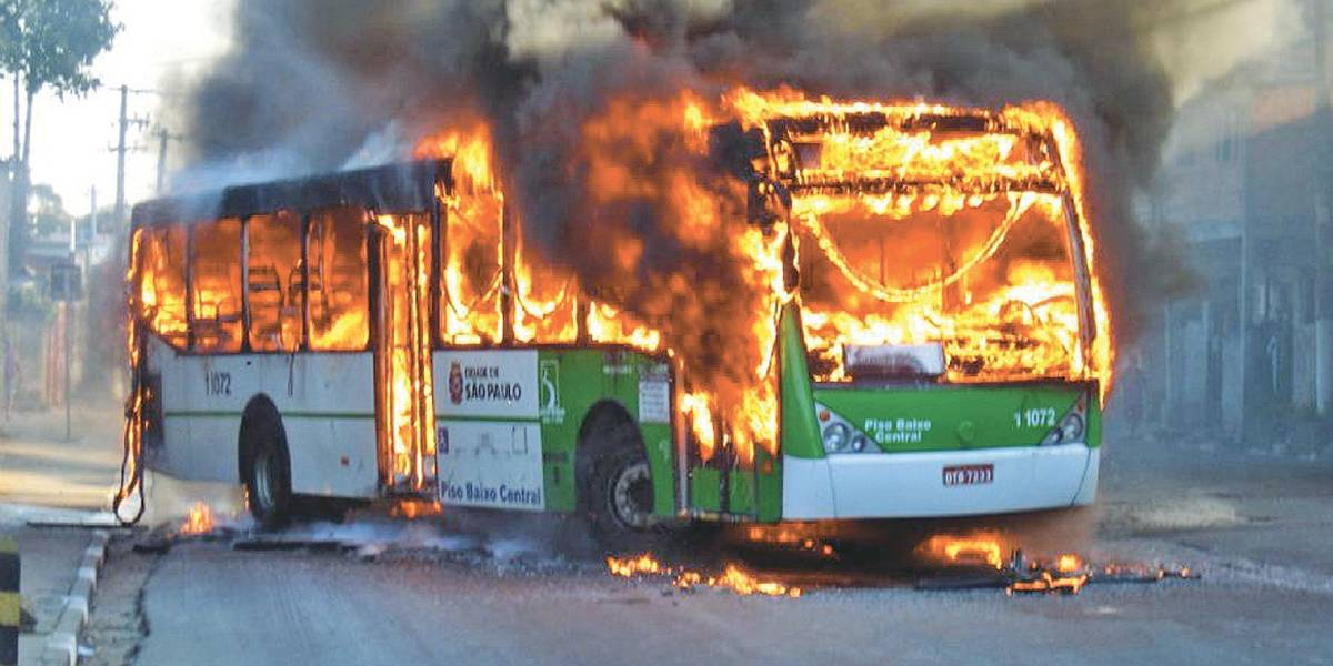 No Brasil, incendiar ônibus ainda não é considerado crime