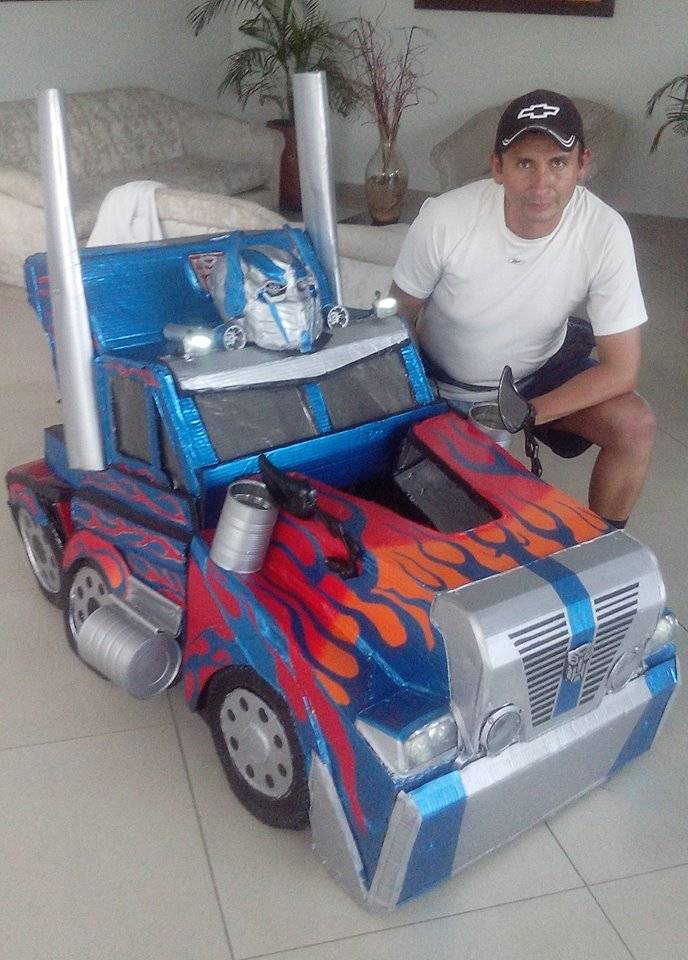 El colombiano que se gana la vida disfrazándose de Transformers