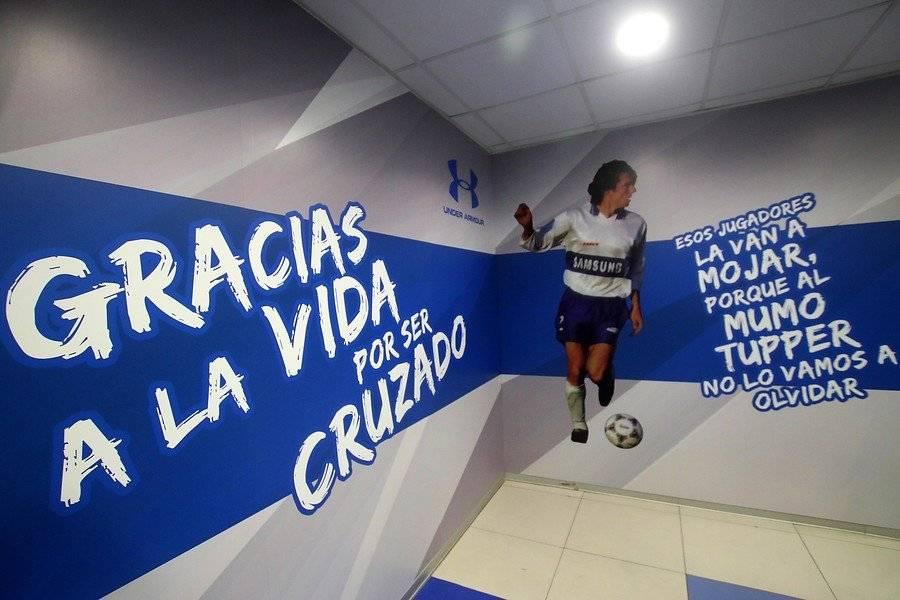 """El """"Gracias a la vida por ser Cruzado"""" destaca en el remozado camarín de la UC / Foto: Agencia UNO"""