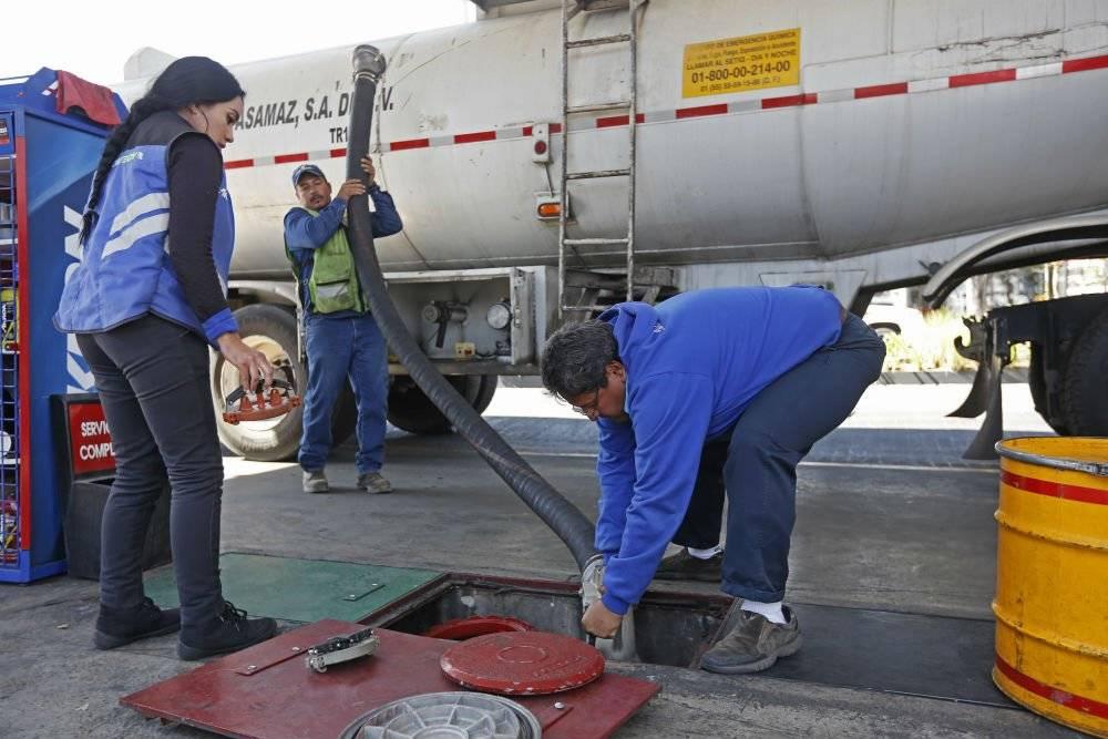 La escasez del combustible ha generado largas filas en las estaciones de gasolina. Foto: Cuartoscuro