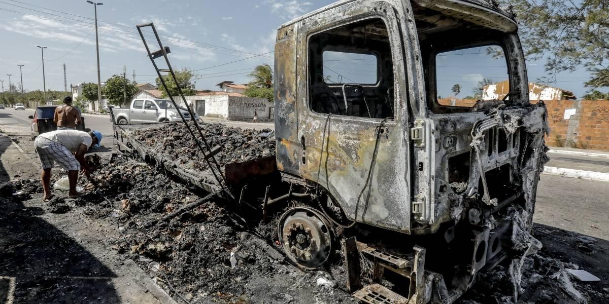 Ataques no Ceará: Criminosos lançam carro em chamas contra posto de gasolina