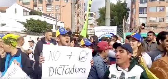 Protestas de venezolanos frente al consulado en Bogotá por posesión de Maduro