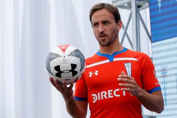 José Pedro Fuenzalida participó en el lanzamiento de la nueva camiseta de la UC / Foto: Photosport