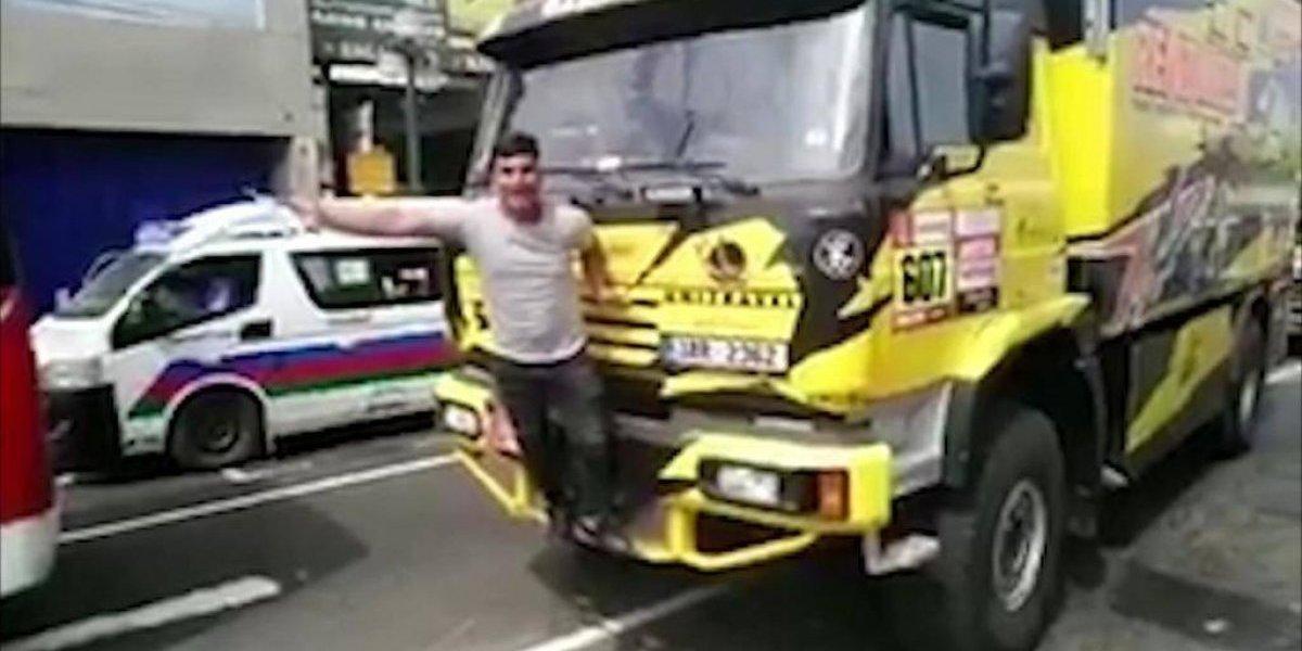 VIDEO: Aficionado rompe la parrilla de un camión del Rally Dakar por tomarse una foto