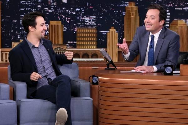 """Lin-Manuel Miranda durante una entrevista con Jimmy Fallon en """"The Tonight Show Starring Jimmy Fallon"""" en Nueva York en una fotografía del 4 de octubre de 2016 proporcionada por NBC."""
