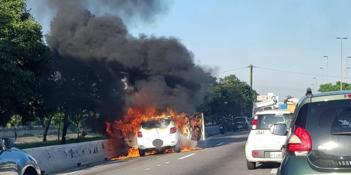 Carro em chamas bloqueia pista expressa da marginal Tietê