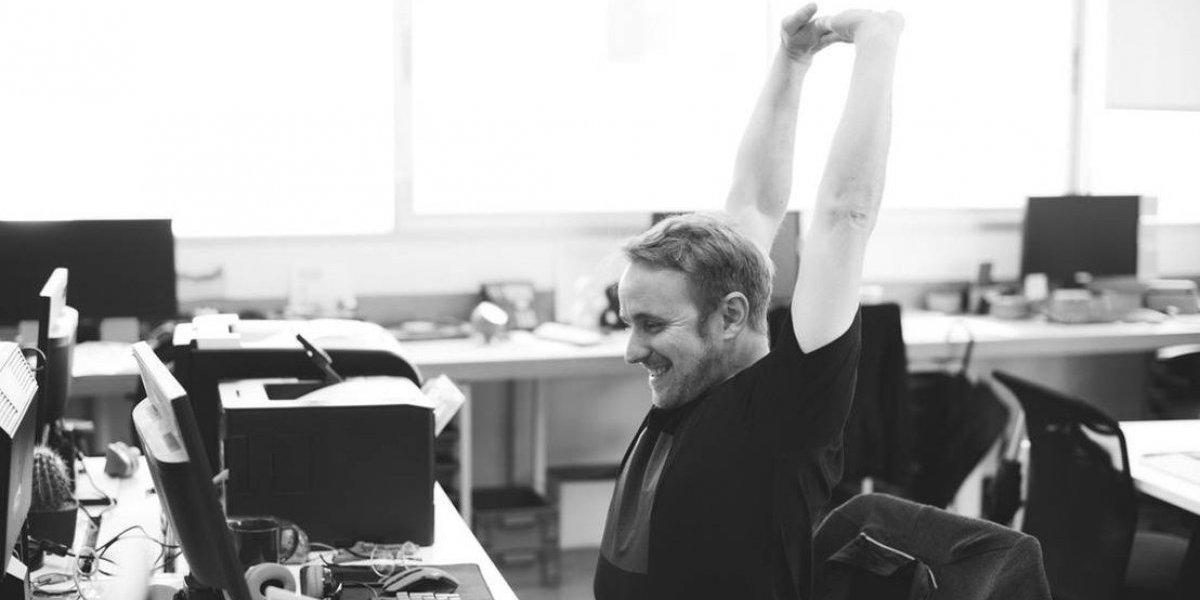 Yoga en la oficina: posturas para mejorar tu rendimiento