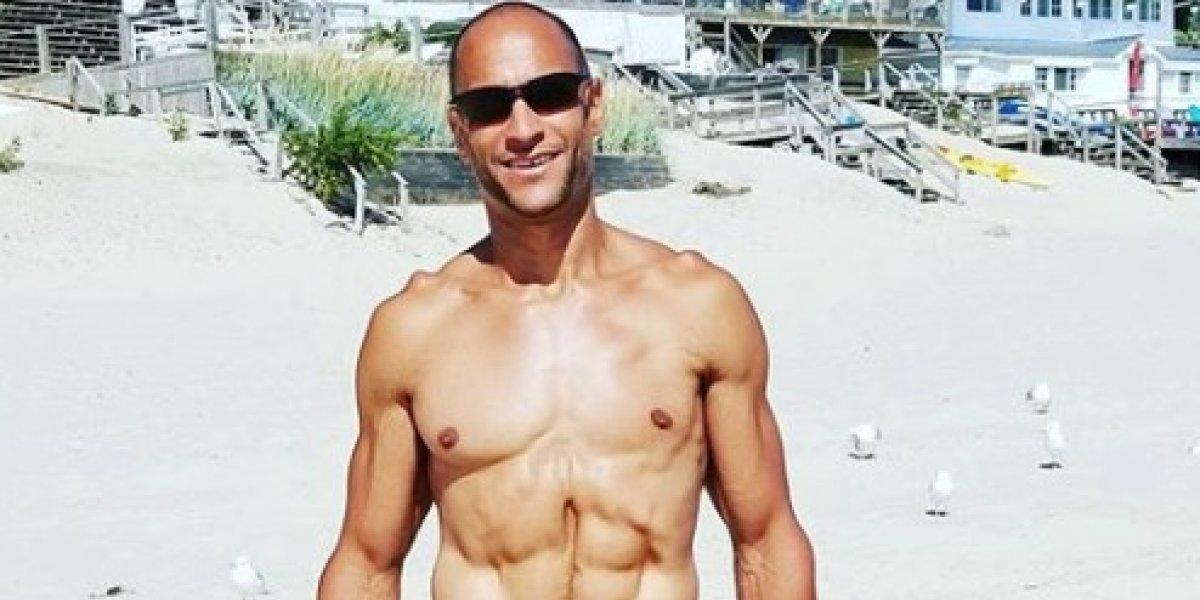 Un ex Mister Universo ingiere su propia orina para mantenerse en forma