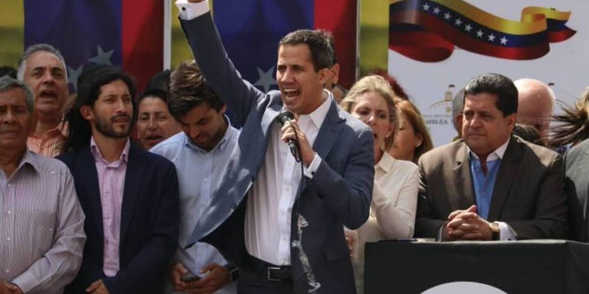 Juan Guaidó desconoce a Maduro y asume como presidente interino de Venezuela