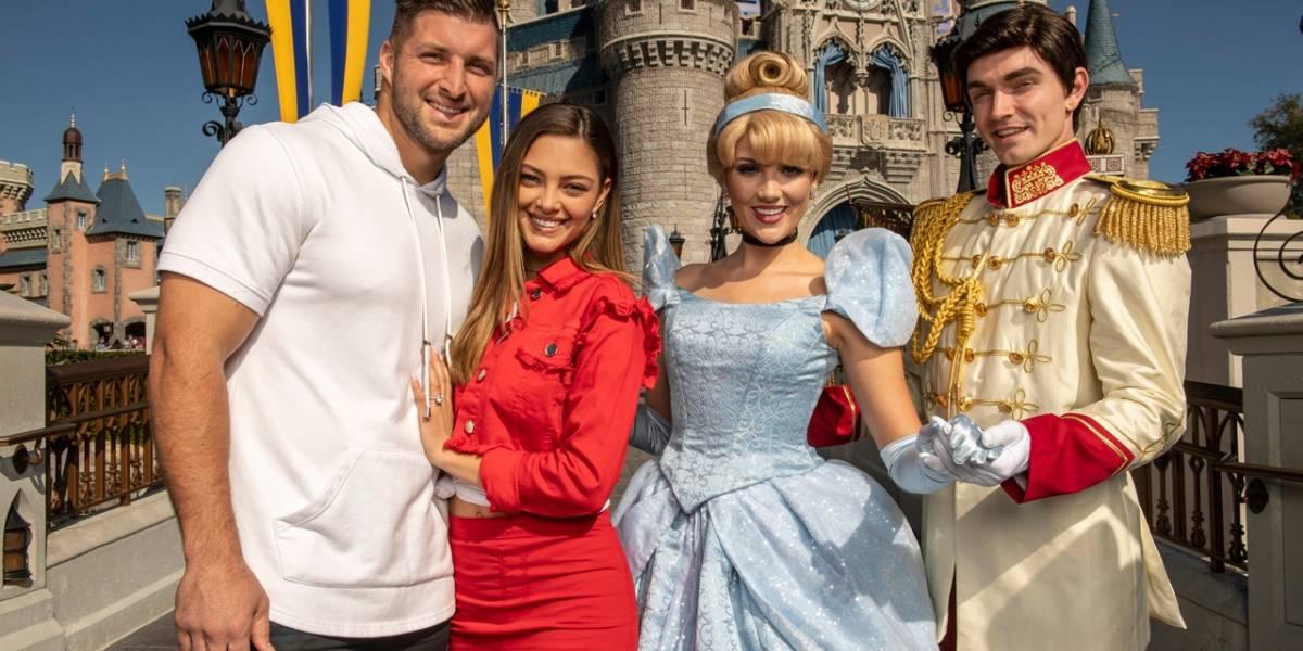Ex Miss Universo 2017 Demi-Leigh Nel-Peters y su prometido pasean su amor por Disney