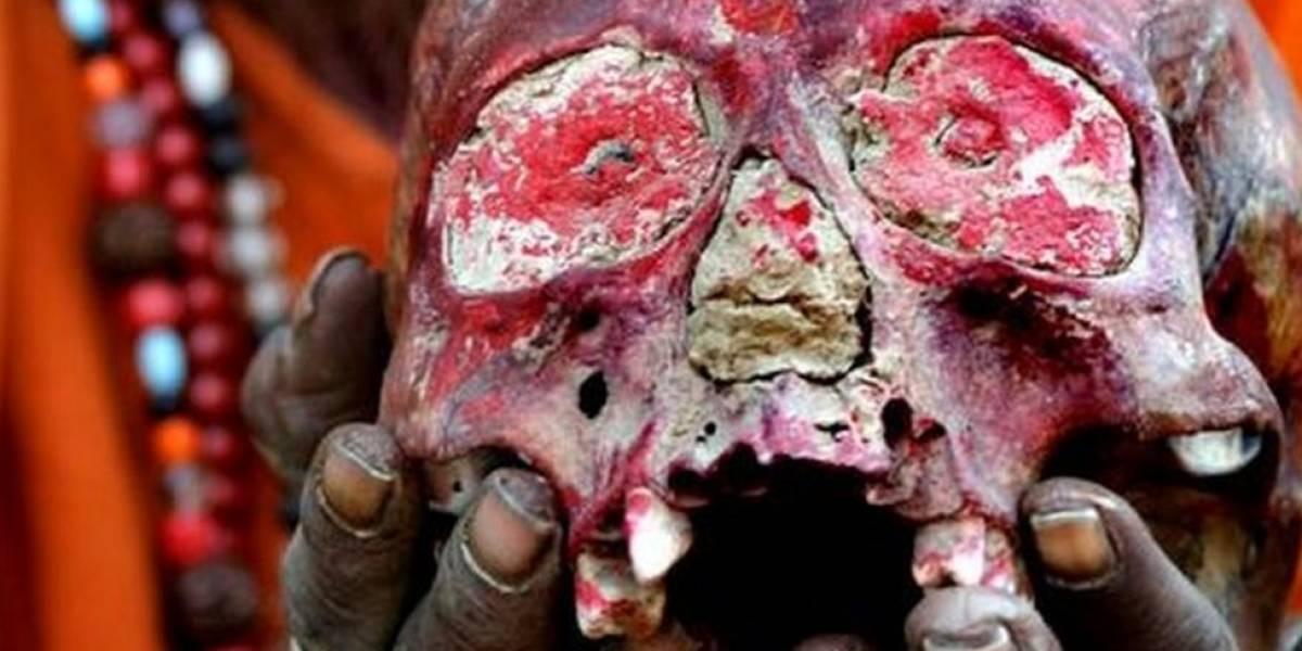 Así son los Aghoris, la secta caníbal india que no usa ropa, bebe en cráneos humanos y fuma marihuana