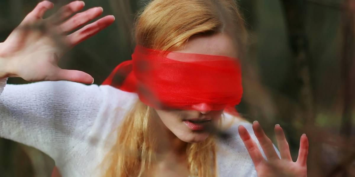 Bird Box: Motorista de olhos vendados bate o carro durante desafio inspirado em filme da Netflix