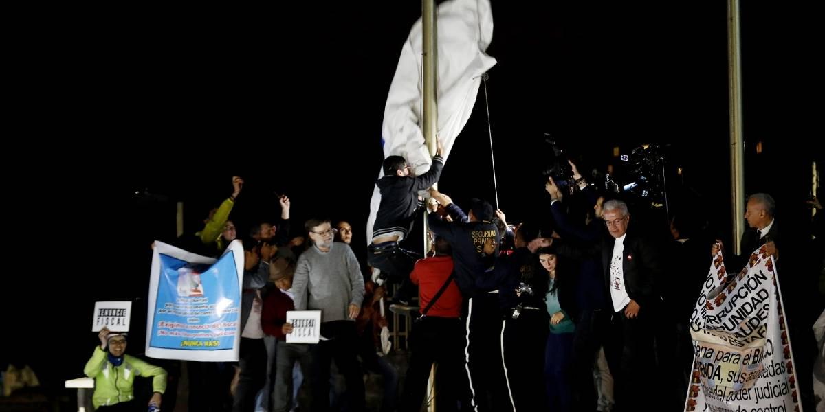 Polémica por quema de bandera en medio de las protestas contra el Fiscal