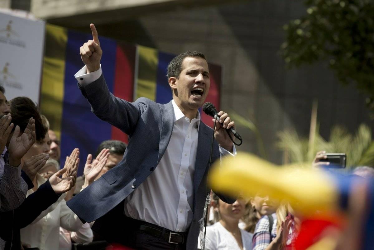 Juan Guaidó, presidente de la Asamblea Nacional (desconocida por el gobierno de Maduro e inhabilitada por el Tribunal Supremo), se declaró presidente interino, de acuerdo a la actual Constitución Foto: AP