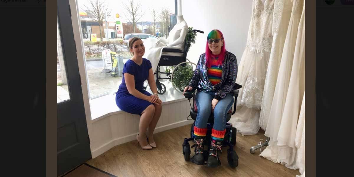 Loja de noivas coloca manequim em cadeira de rodas na Inglaterra