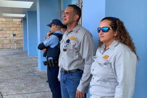 Llegaron hasta el Centro de Convenciones para protestar, pero las autoridades les pidieron retirarse del lugar.