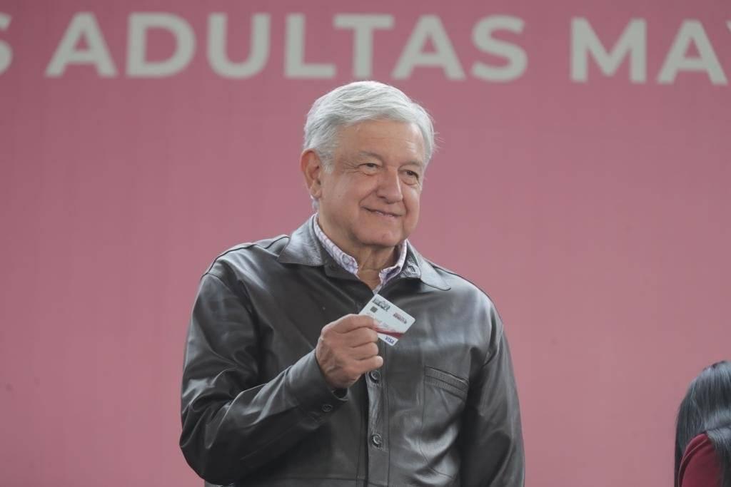 El presidente entregó tarjetas en Valle de Chalco. Foto: Presidencia
