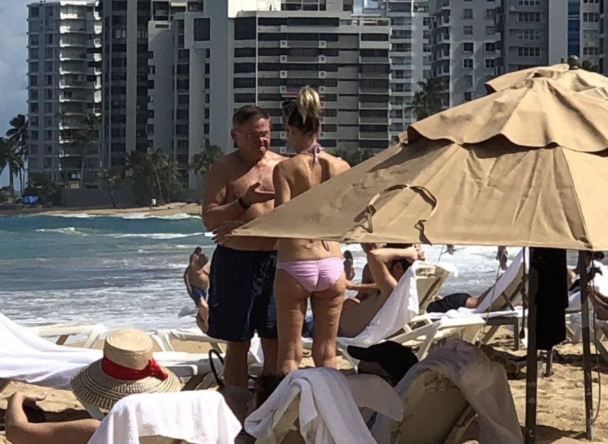 Bob Menéndez captado en la playa en Puerto Rico.