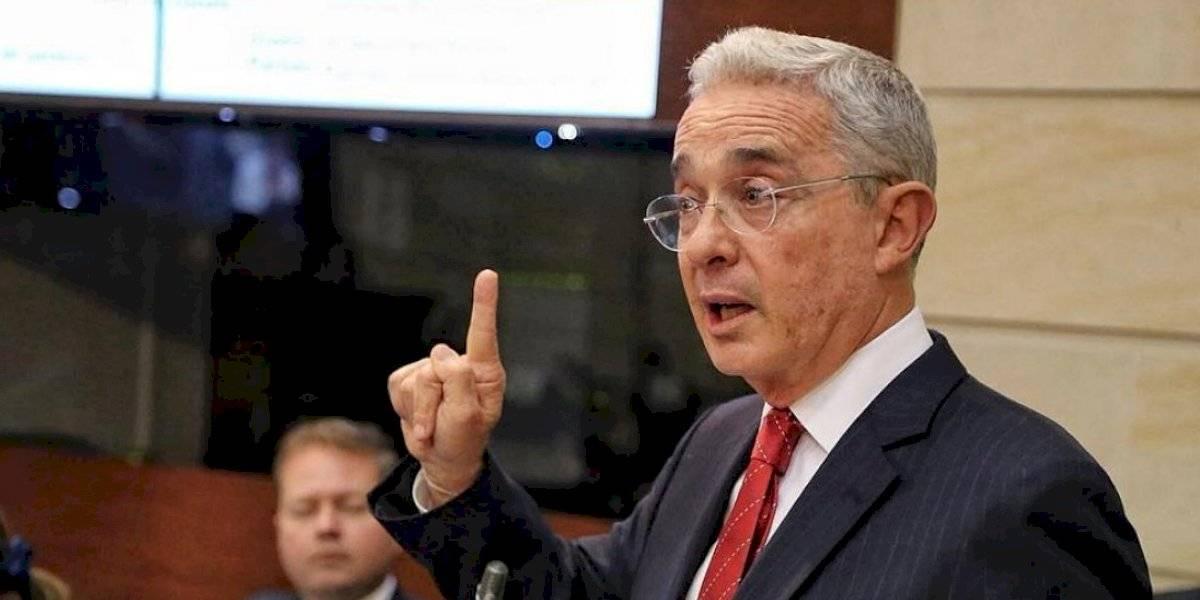 El lapsus de Álvaro Uribe con Juan Manuel Santos que le sacó risas al senador