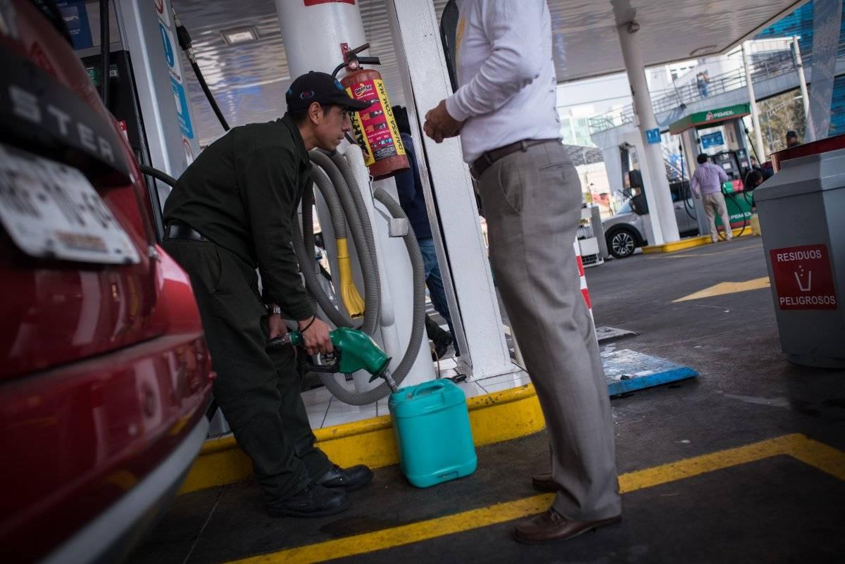 También se pide evitar vender gasolina en recipientes que no cumplan son seguridad. Foto: Cuartoscuro