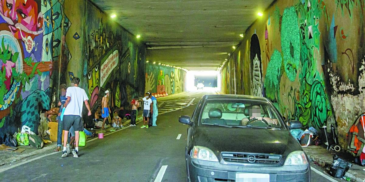 Moradores de rua e dependentes químicos voltam a ocupar o túnel Noite Ilustrada