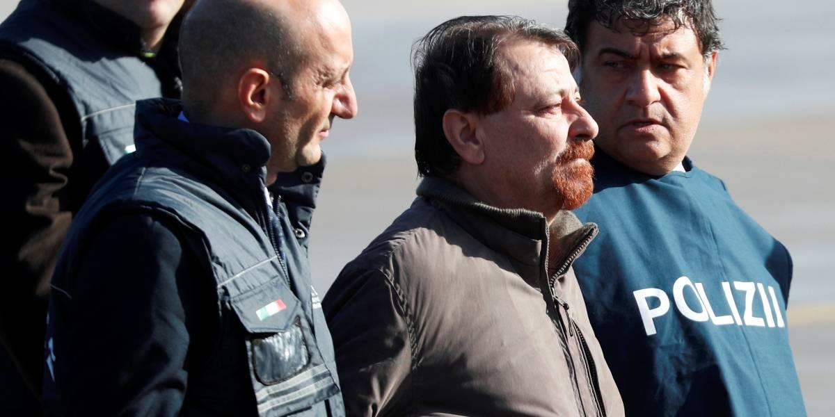 Cesare Battisti desembarca na Itália e é recebido por ministro