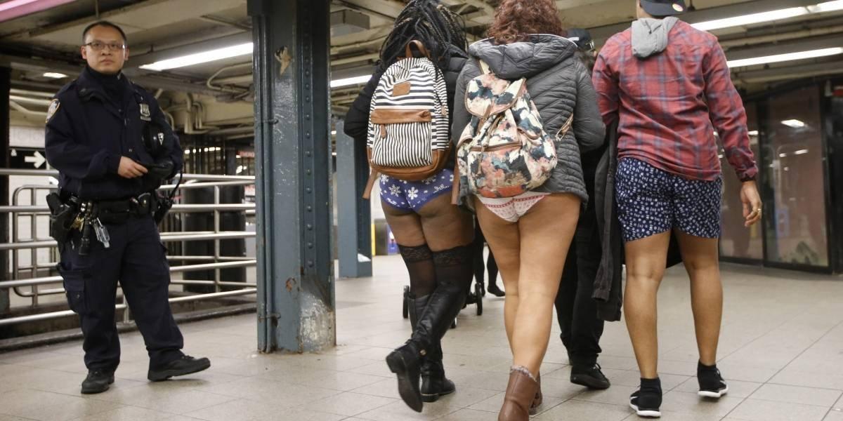 """Pese al frío se realiza con éxito """"Día sin pantalones"""" en metro de Nueva York"""