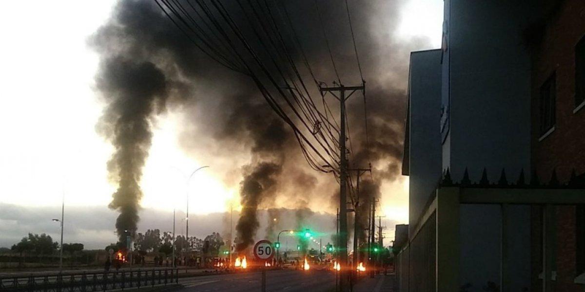 """Talcahuano amaneció en medio de barricadas: pescadores artesanales e industriales bloquearon las rutas por """"guerra de la jibia"""""""