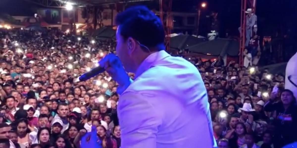 A famoso cantante colombiano casi lo apuñalan en pleno concierto