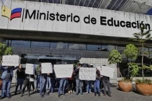 Funcionarios de Educación protestan por finalización de contratos