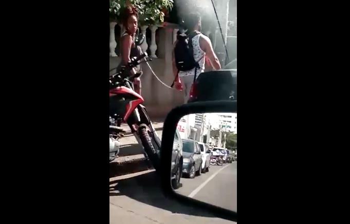Un hombre es grabado en Colombia mientras camina con una mujer encadenada