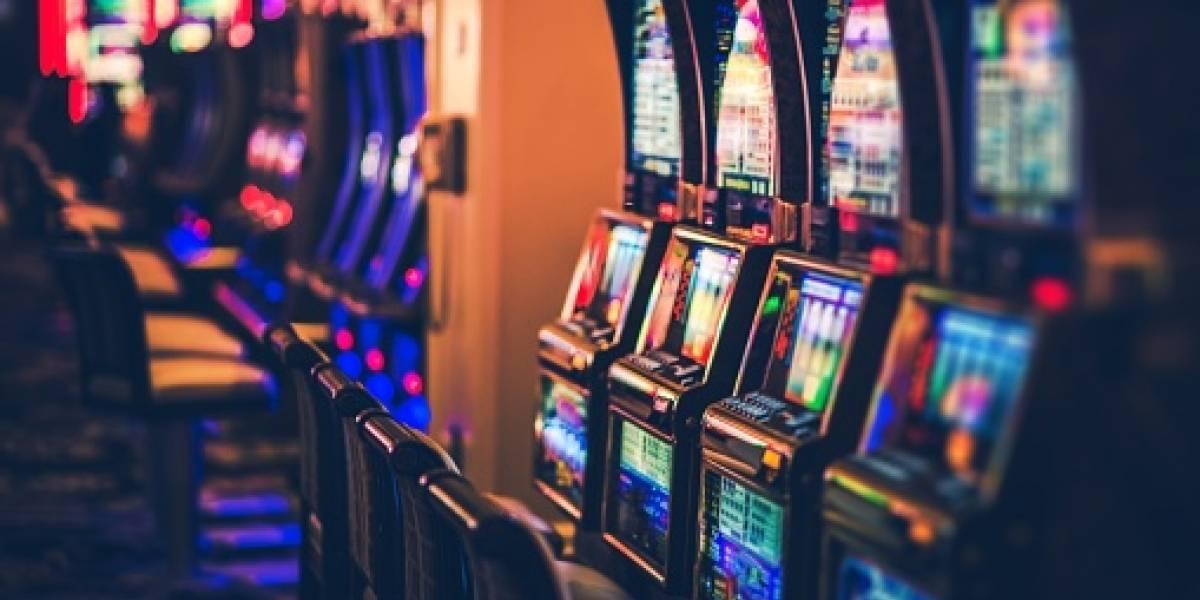 """""""Esto es una locura"""": mujer gana miles de dólares en casino y pierde todo el dinero en segundos por culpa de un trabajador"""