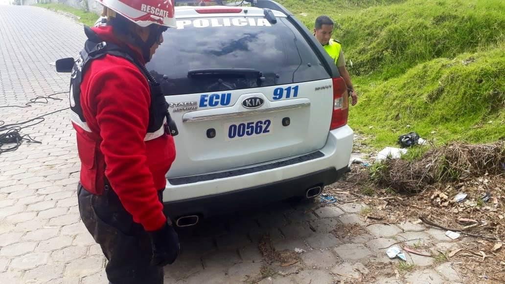 Policía adoptó a perrito que cayó a una quebrada Bomberos Quito