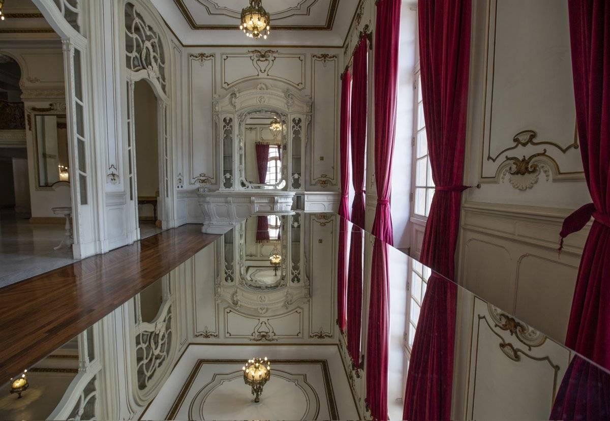 Mesas espelhadas criadas pelos irmãos Campana convidam à observação de detalhes da arquitetura. André Porto/Metro Jornal