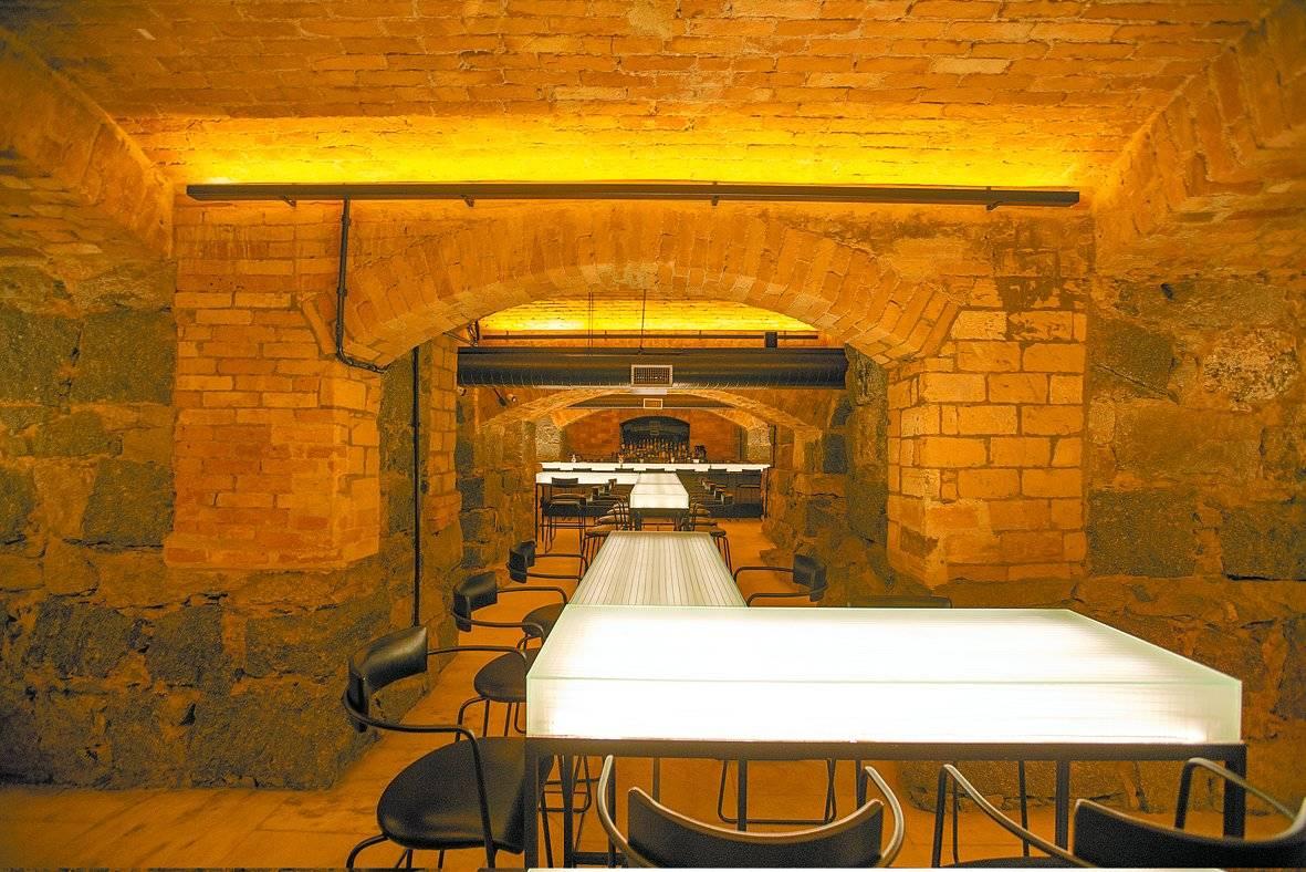 A visita passa pelo recém-inaugurado Bar dos Arcos, que funciona de terça a sábado a partir das 19h, com entrada pela lateral do teatro. André Porto/Metro Jornal