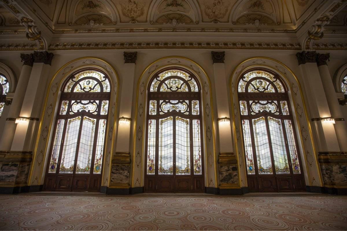 No Salão Nobre, destacam-se o tapete criado pelos irmãos Campana e os vitrais originais de 1911. A visita do meio-dia começa na praça Ramos de Azevedo e faz o público andar pelo subterrâneo do teatro. André Porto/Metro Jornal