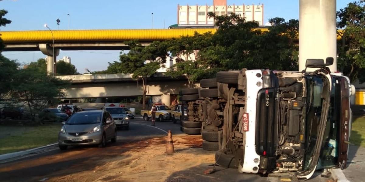Caminhão com 25 toneladas de refrigerados tomba, derruba óleo na pista e motociclistas derrapam