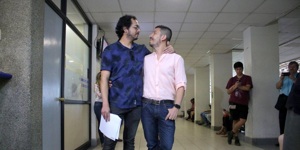 ¡Aún no se puede! Registro Civil no le otorgó hora a pareja gay para realizar su matrimonio