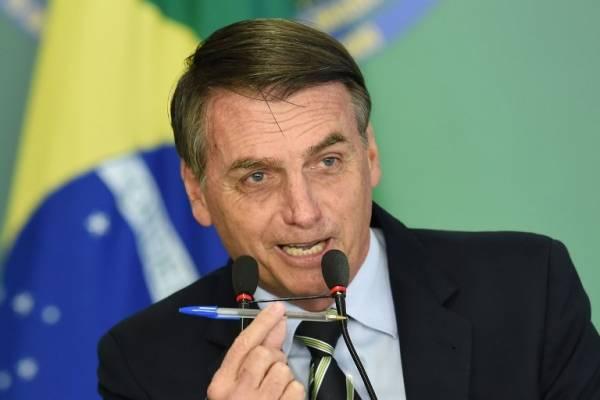 Jair Bolsonaro firmando un decreto