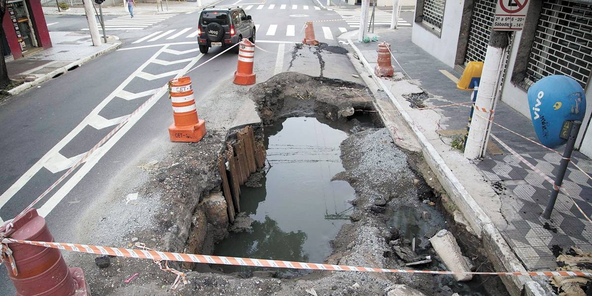 Cratera assusta moradores na avenida Lins de Vasconcelos