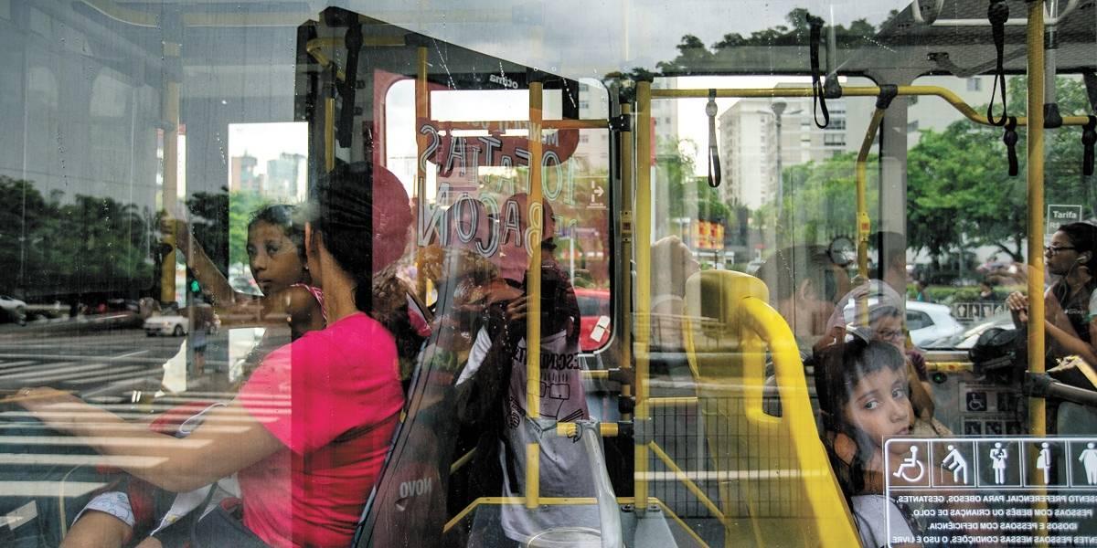 Motoristas e cobradores de ônibus protestam por melhoria salarial e veículos são liberados com atraso
