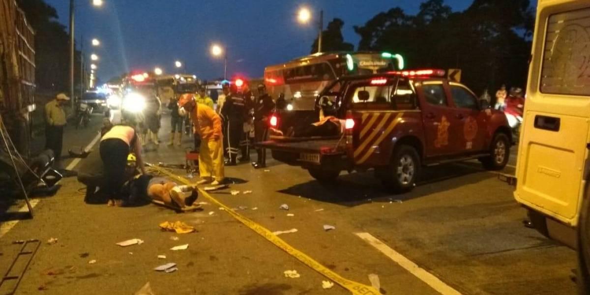 Cuatro muertos y ocho heridos tras accidente entre bus y tráiler en la vía Esmeraldas – Santo Domingo