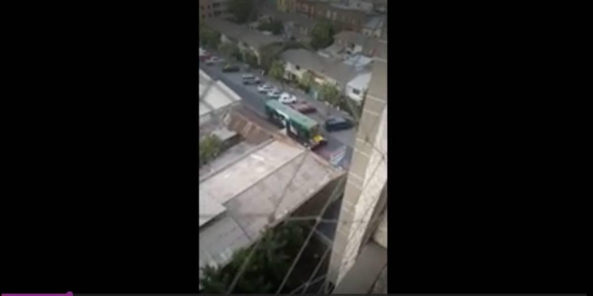 """A lo """"Transformer"""": Bus del Transantiago arrastró a taxi por varias cuadras en el centro de Santiago"""