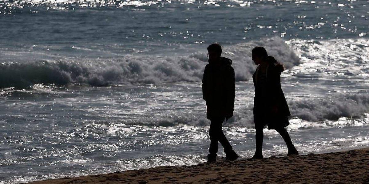 ¿Puede dar hipotermia por bañarse en las playas chilenas? Especialista explica a qué se exponen los bañistas